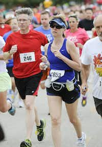 Greg Taylor, left, and Amy Rodrigue begins the the 10k race of the Tour des Fleurs behind the Dallas Arboretum on Saturday, Sep. 15, 2012.