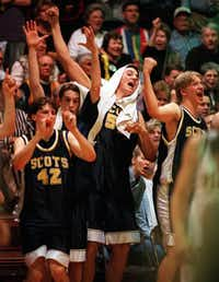 Highland Park's boys basketball team, including Jay Paul (42) and Chris Young (51), celebrates during the final moments of a regional final win in 1998.DMN file photo