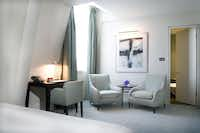 For discerning visitors to London, the luxurious One Aldwych Hotel is convenient to all the famous historic sights. This intimate boutique hotel in the central Covent Garden district features 105 contemporary style rooms and suites.