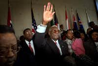 Al Lipscomb waves goodbye to supporters after announcing his resignation from the Dallas City Council in April 2003 in the wake of a fraud conviction.