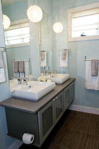 Daltile's Veranda Tones porcelain tiles (shown here in Java Coast) were used to floor a bath.