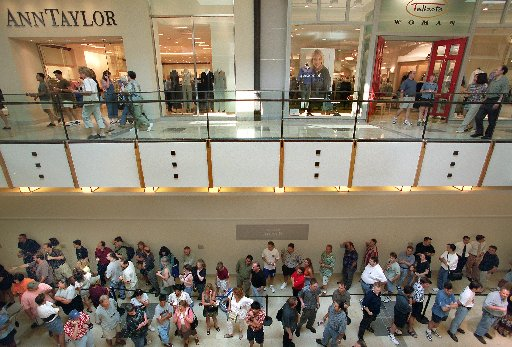 A line of shoppers waited to get into the first Apple store in Texas in Plano's Shops at Willow Bend on Aug. 3, 2001. At one time about 150 people were waiting in one of three lines set up for the Apple store.(DMN Staff file photo)