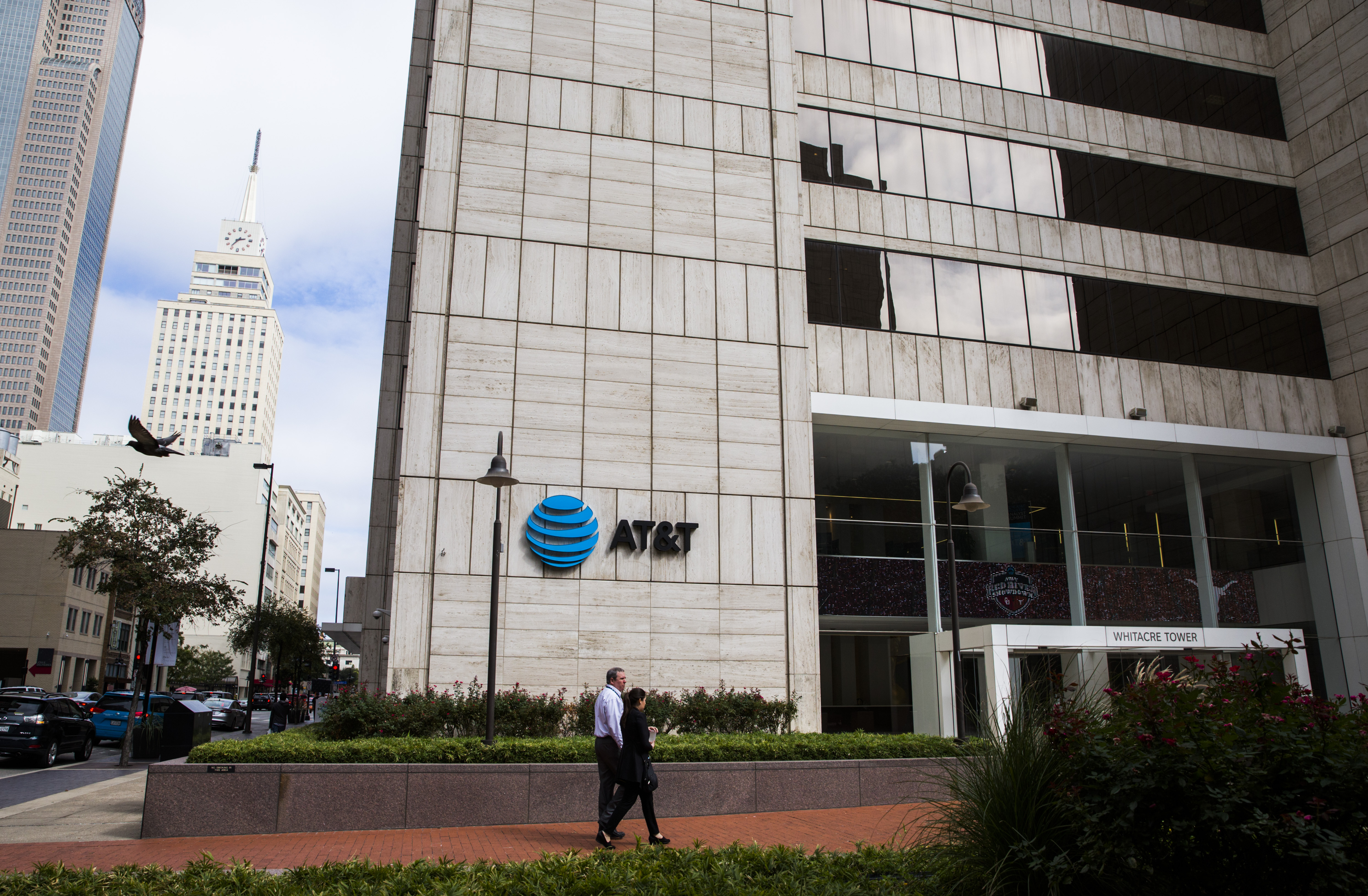 AT&T doubles down on downtown, revamping Dallas HQ and adding 1,000 ...