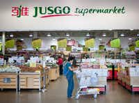 "Shoppers in the Jusgo Supermarket, which is owned by a company based in Taiwan and caters to the Asian community, in the Dallas suburb of Plano, Texas, Oct. 24, 2015. In the fast-growing suburb, the number of people born in mainland China swelled to nearly 6,000 in 2010, from 3,600 in 2000, and the group has since expanded. (<p><span style=""font-size: 1em; background-color: transparent;"">Brandon Thibodeaux/The New York Times</span></p>)"