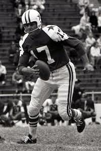 Dallas Cowboys quarterback Don Meredith scrambles against the Washington Redskins November 3, 1963. (MCT)