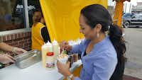 <i>Dallas Morning News</i> reporter Cassandra Jaramillo tries an elote at Elotes Fanny in Dallas.((Tommy Noel/Staff))
