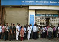 Indians queue up outside the Bank of India branch to deposit and exchange 500 and 1000 currency notes in Mumbai on November 10, 2016. (AFP/Getty Images)