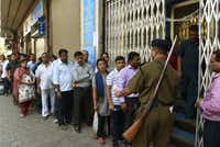 Indians queue up outside the Bank of India branch to deposit and exchange 500 and 1000 currency notes in Mumbai on November 10, 2016(AFP/Getty Images)