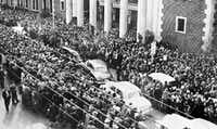 "&nbsp;A crowd gathers in front of the old Montgomery City Auditorium for the funeral of music legend Hank Williams in this Jan. 4, 1953, photo.&nbsp;(<p><span style=""font-size: 1em; background-color: transparent;"">(DMN file/AP/ Montgomery Advertiser)</span><br></p>)"