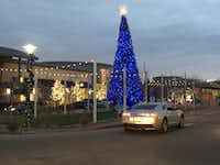 The Fountains at Farah in El Paso attracts customers in Mexico with billboards in Ciudad Juarez and Chihuahua City. The shopping center has an ice rink and events during the holiday to appeal to families.((Angela Kocherga/Staff))