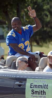 Emmitt Smith, running back Florida 1987-89, waves to the crowd during the enshrinement parade for the College Football Hall of Fame Saturday July 21, 2007, in South Bend, Ind. (AP Photo/Joe Raymond) INJR104 07232007xQUICK(AP)