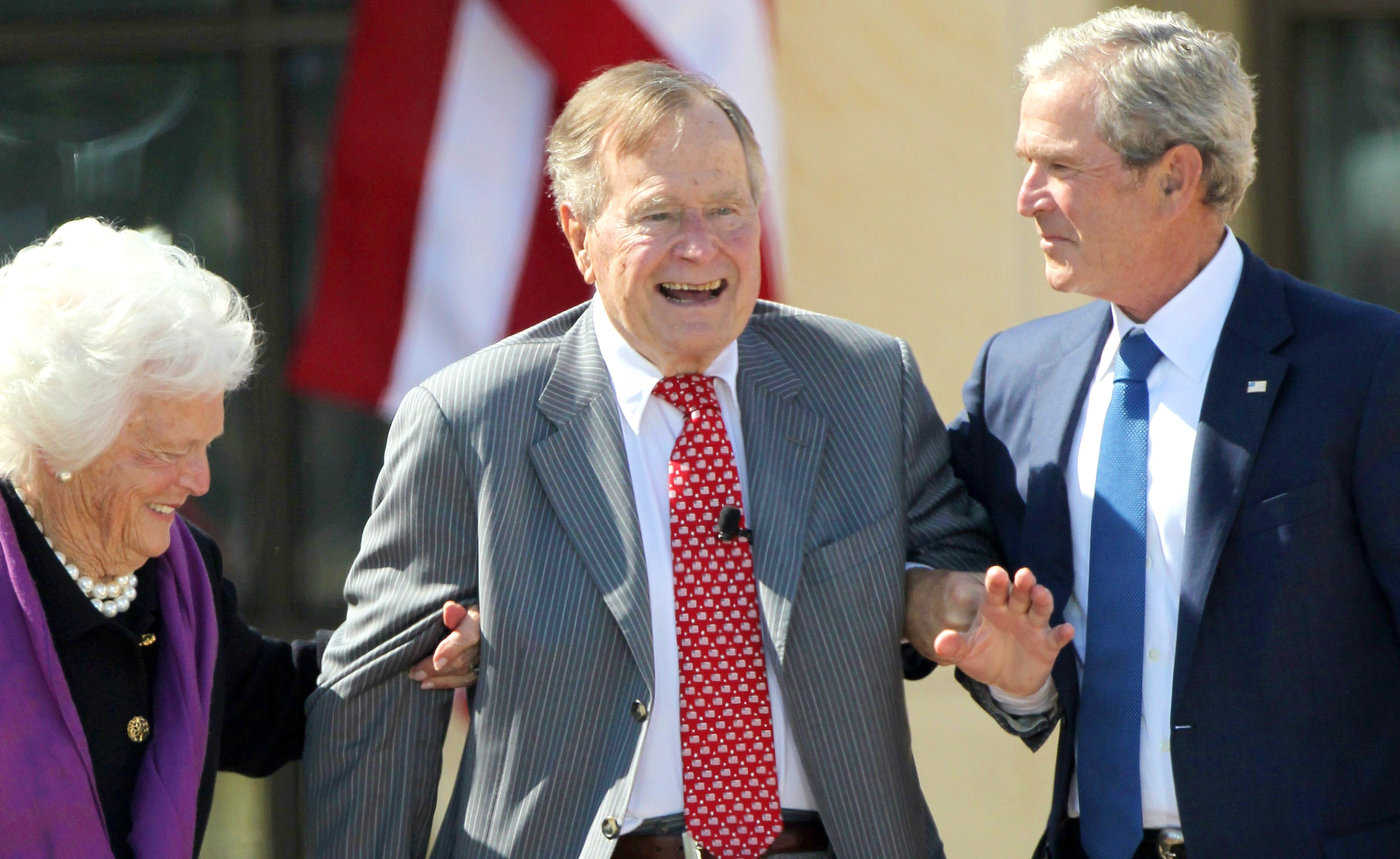 George H W Bush Dies At 94 President Family Man War Hero