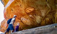 Guests hike to caves painted with thousand-year-old Aboriginal art.(Mike Hiller)