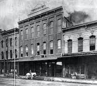 The Dallas News building, on Commerce Street between Lamar and Austin, circa 1885. Next to it were the Grand Windsor Hotel (left), and the two-story Dallas City Hall.
