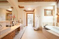 A hacienda bathroom conjures up a spa haven.(Greer Brody/Greer Brody)
