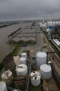 Floodwaters rise in the refinery section of the Houston Ship Channel.(Thomas B., Shea/Agence France-Presse)