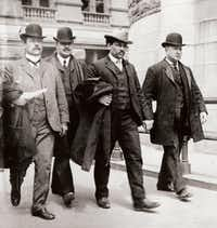 Joseph Petrosino (far right) leads a Black Hand suspect to court. From <i>The Black Hand</i>, by Stephan Talty. (Library of Congress)