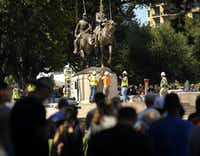 People gathered all afternoon to watch as crews from Howell Crane and Rigging Inc. tried to remove the Robert E. Lee statue from Robert E. Lee Park in Dallas on Sept. 6, 2017.(Tom Fox/Staff Photographer)