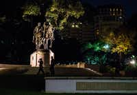 Dallas police officers are having to keep an eye on the Robert E. Lee statue 24 hours a day following Wednesday's aborted removal attempt.(Ashley Landis/Staff Photographer)