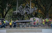 The Robert E. Lee statue is put in the back of a trailer truck at Robert E. Lee Park in Dallas, Thursday, Sept. 14, 2017. (Jae S. Lee/The Dallas Morning News)(Jae S. Lee/Staff Photographer)