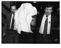 Dallas police Detectives Jack Allison (right) and Chuck Hudson escort Charles Albright into the Lew Sterrett Justice Center after his arrest on March 22, 1991.(1991 File Photo/David Woo)