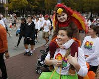 Rachael McAdams held her son, Hudson McAdams, 3, on her shoulders during the Dallas YMCA Turkey Trot in downtown Dallas in 2015.(Rose Baca/Staff Photographer)