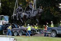 Workers removed the Robert E. Lee statue on Sept. 14, 2017. (Nathan Hunsinger/Staff Photographer)