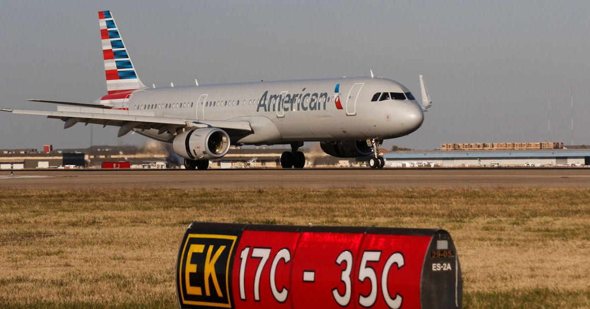 American Airlines To Give Employees 1 000 Bonus To Share