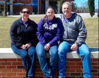 Jamie Richards, 19, center, with her parents.(via GoFundMe)