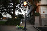 A LimeBike rental bike was abandoned along Houston Street in Dallas on Oct. 30, 2017. (Rose Baca/Staff Photographer)