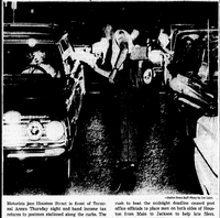 Motorists lined up to get their income tax filed by deadline in 1965(Joe Laird/The Dallas Morning News)