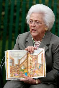 "Former first lady Barbara Bush read ""Arthur's New Puppy"" during the Easter Egg Roll on the South Lawn of the White House in 2008.(Getty Images/2008 File Photo)"