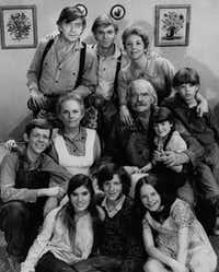 The cast of the CBS television series <i>The Waltons</i>,  including  Richard Thomas, top row, center.(1975 File Photo)