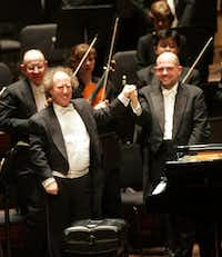 Jaap van Zweden (right) and pianist Jeffrey Kahane shook hands after the performance of Ravel's Concerto in G Major for Piano and Orchestra on Feb. 16, 2006.(File Photo/Staff)