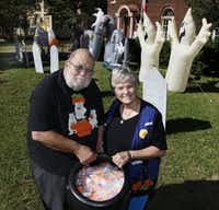 John and Harryette Ehrhardt, pictured in 2010, enjoyed decorating their home for Halloween.<div><br></div>(David Woo/The Dallas Morning News)