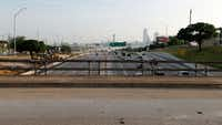 TxDOT's $666 million Southern Gateway project will see Interstate 35E widened from four main lanes in each direction to five in each direction between downtown Dallas and the U.S. Highway 67 interchange. It will also include two reversible, non-tolled express lanes.(Vernon Bryant/Staff Photographer)