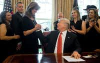 President Donald Trump congratulated Southwest Airlines Captain Tammie Jo Shults, who was the pilot of Southwest Airlines Flight 1380. Shults, crew members and passengers of the flight visited the Oval Office of the White House in Washington on May 1.(Saul Loeb/Agence France-Presse)