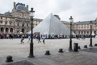 The waiting line for entrance to the Louvre Museum, next to the glass pyramid designed by I.M. Pei, Paris.(GUIA BESANA/NYT)