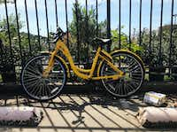 An abandoned Ofo bike in a parking lot in Downtown Dallas. Just imagine if this was a common sight around Dallas now, rather than a rarity. (Photo by Jay Caruso/Dallas Morning News)