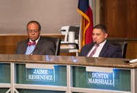 Trustees Lew Blackburn (left) and Jaime Resendez at a DISD board meeting.<div><br></div>(Al Dia)