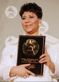 Aretha Franklin holds her award for lifetime achievement  backstage at the 36th Annual Grammy Awards ceremonies in March 1994 at New York's Radio City Music Hall.(Mike Albans/The Associated Press)