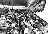 The overall scene at Kroger during singles night in October 1986.(Judt Walgren/The Dallas Morning News)