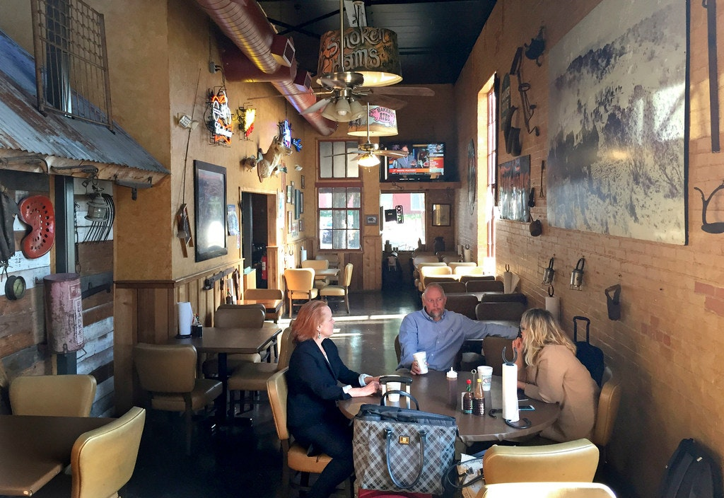 ... A Native Texan Now Living In Los Angeles, Jim Glowacki, From Orlando,  Fla. And Erin Martinez, From Los Angeles, Have A Late Lunch At Bakeru0027s Ribs  In ...