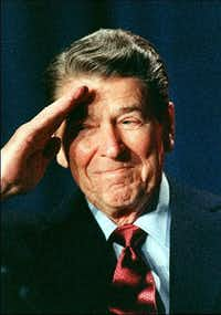 President Ronald Reagan salutes members of the Reserve Officers Association  (Mike Sargent  /Agence France-Presse)