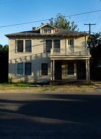 Lee Harvey Oswald's duplex at 214 West Neely St. in the Oak Cliff neighborhood of Dallas.(Tom Fox/Staff Photographer)