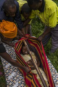"<p><span style=""font-size: 1em; background-color: transparent;"">In this case in June 2014, villagers </span>prepare<span style=""font-size: 1em; background-color: transparent;""> to carry a woman in labor from her village to a child-birth facility. </span><span style=""font-size: 1em; background-color: transparent;"">(Smiley N. Pool © 2014)</span></p><p></p>"