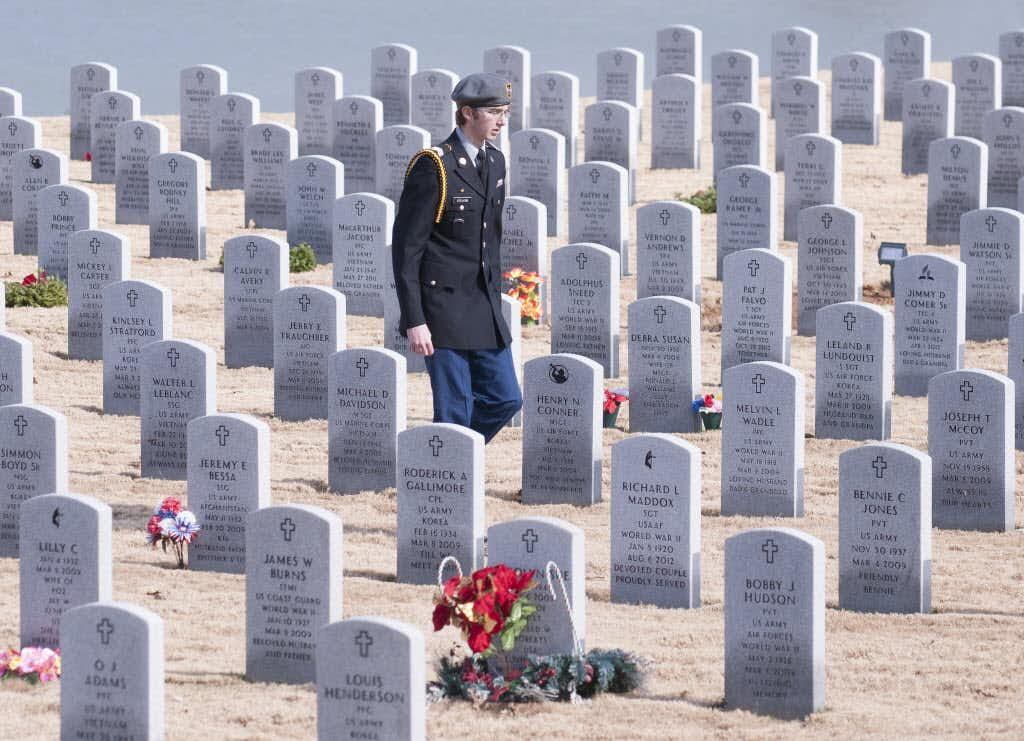 Nearly half of fallen soldiers' graves at DFW National Cemetery won't have a wreath this year — here's how to help