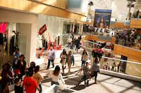 Holiday shoppers at Galleria Dallas.(Nathan Hunsinger/Staff Photographer)