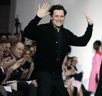 Designer Isaac Mizrahi acknowledged the audience's applause after his fall 2008 collection was shown during Fashion Week in New York in February of that year. (The Associated Press/File Photo)