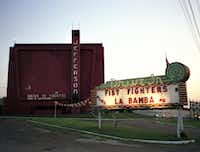 The Jefferson Drive-In Theatre at dusk in 1989.(DAVID WOO/The Dallas Morning News)